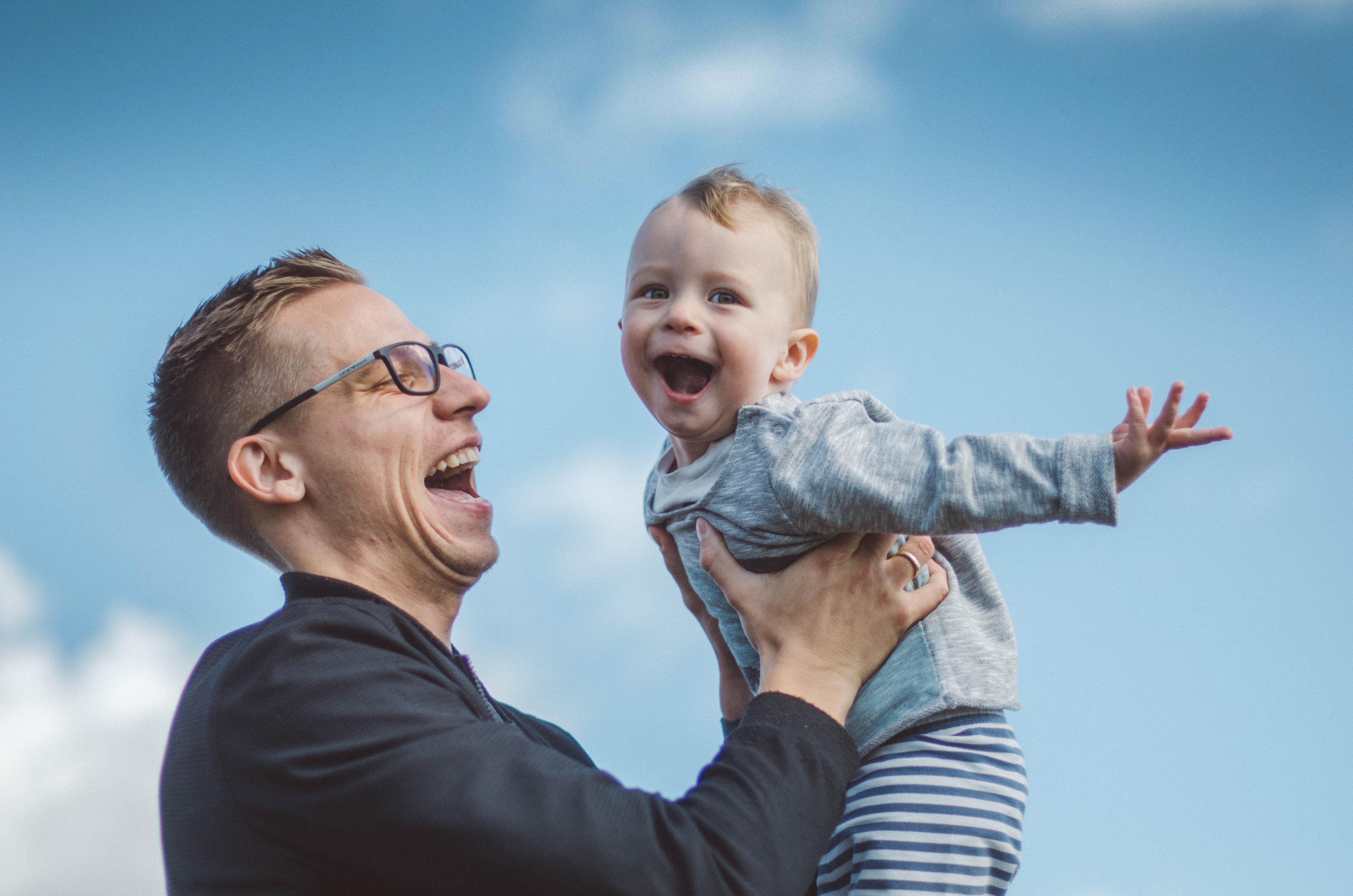 Dokumentarische-Familienfotos-im-Freien-Vaterliebe