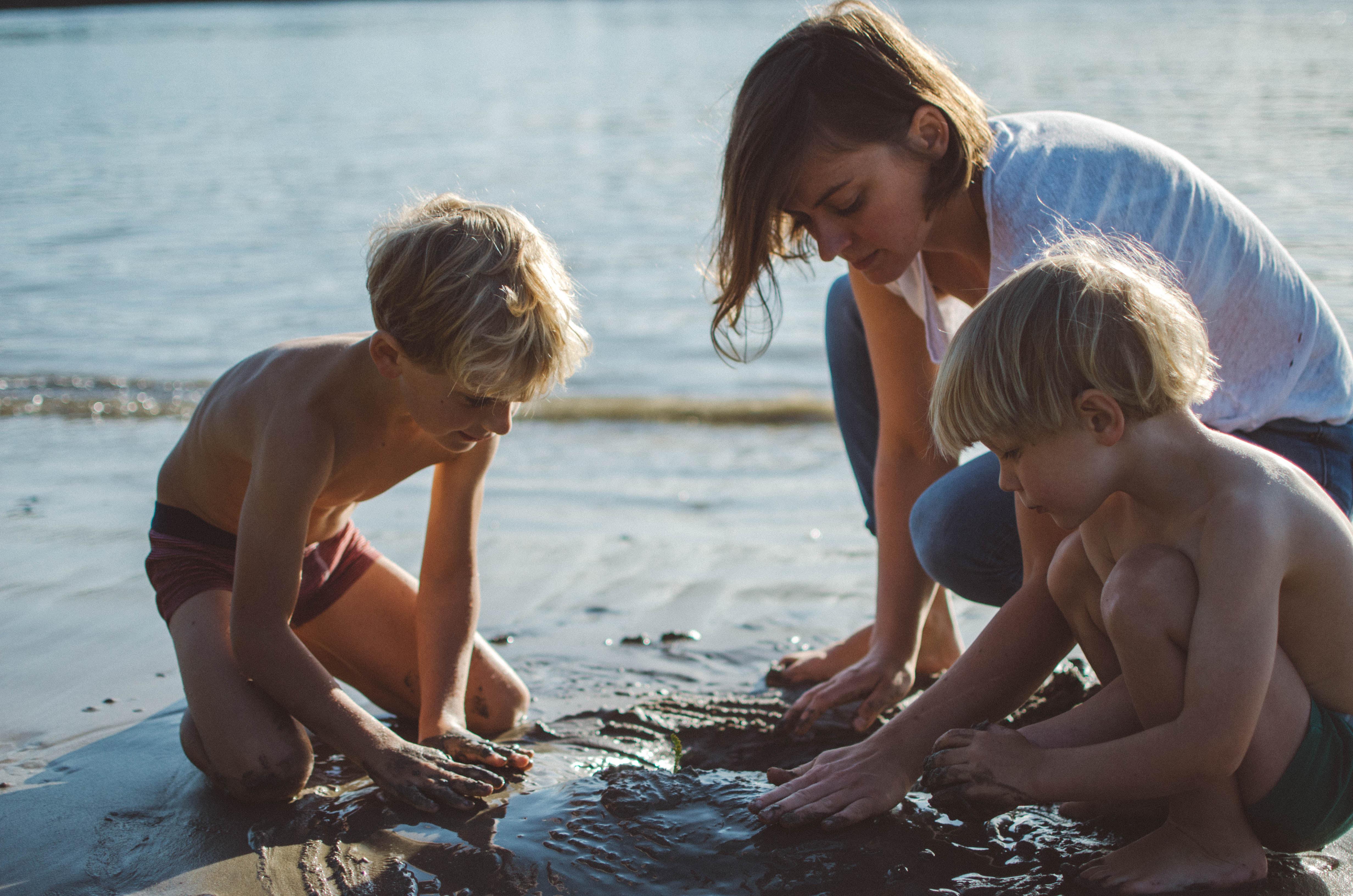 Familienfotoshooting_am_Fluss_Sandburg