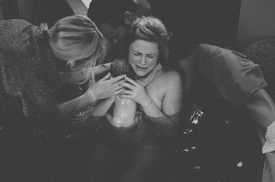 schwarz weiß Foto einer Wassergeburt entstanden während einer Geburtsreportage in Basel