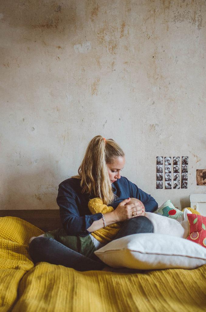Eine Mutter stillt ihr Kind entstanden bei einem Familienfotoshooting Freiburg