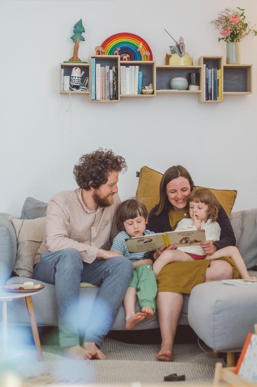 fotoshooting familie Freiburg, Eltern lesen den Kindern vor