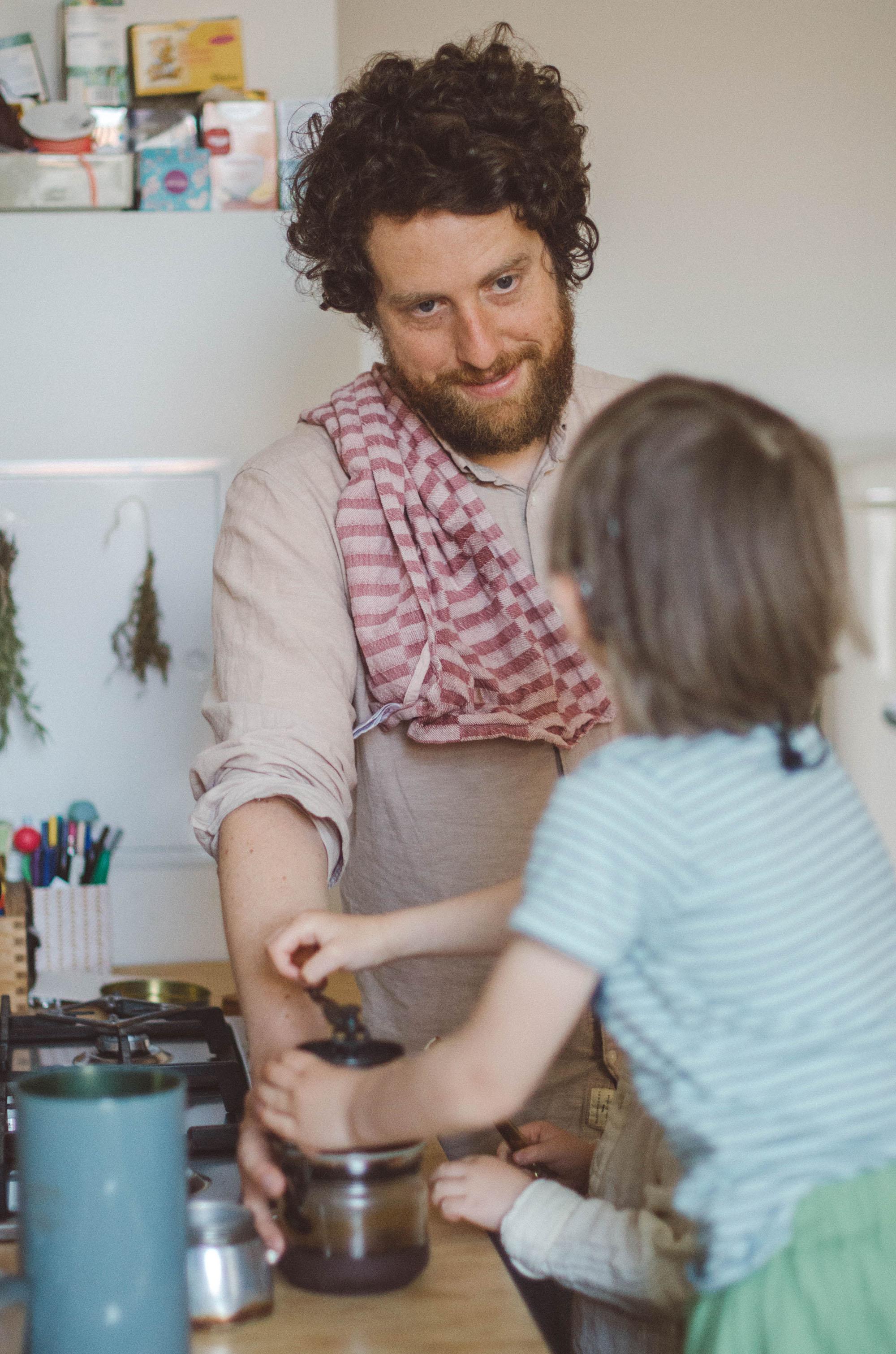 fotoshooting familie, Kind hilft mit in den Kaffee zu mahlen