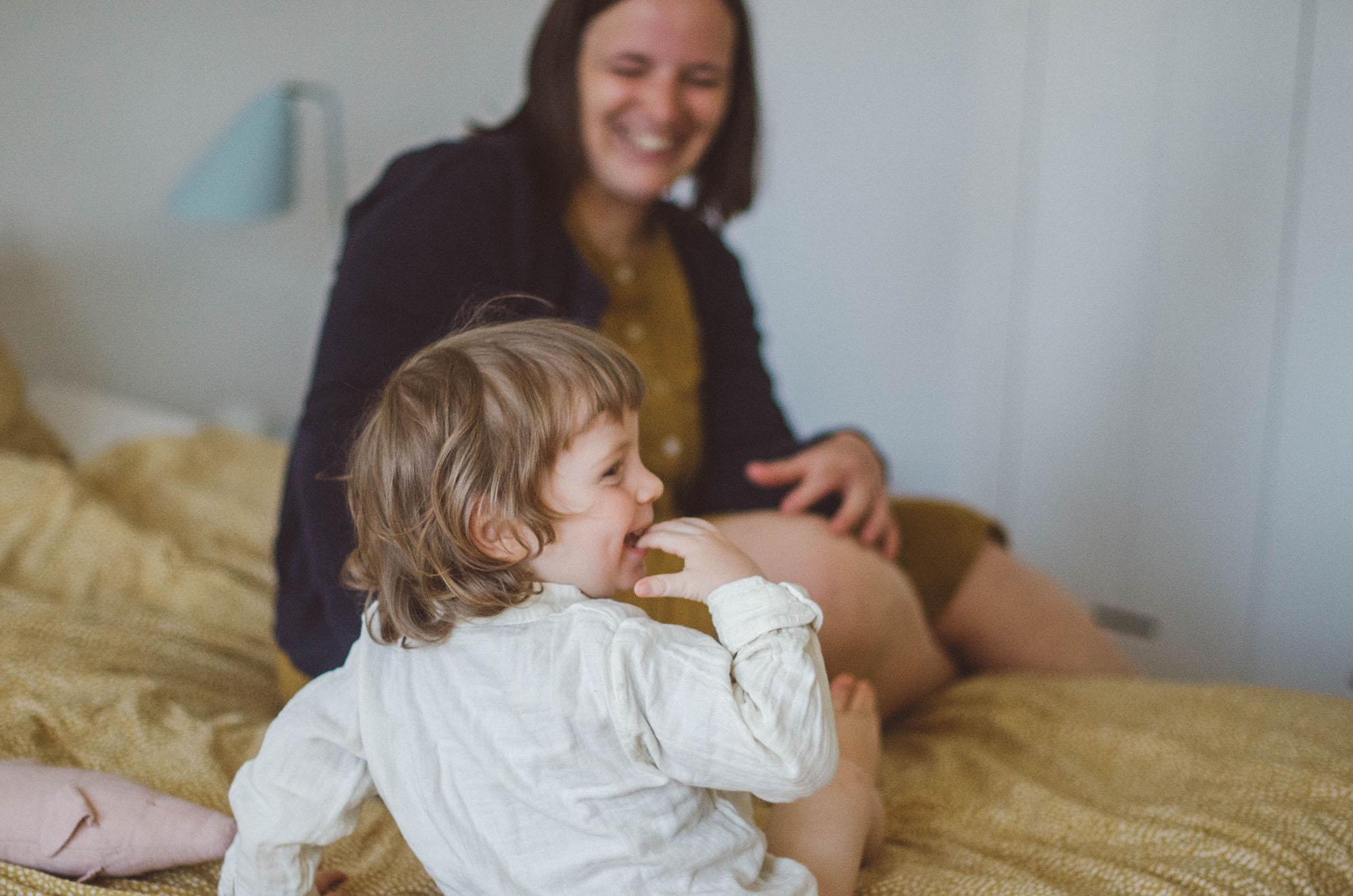 Mutter und Kind lachen, fotoshooting familie Freiburg