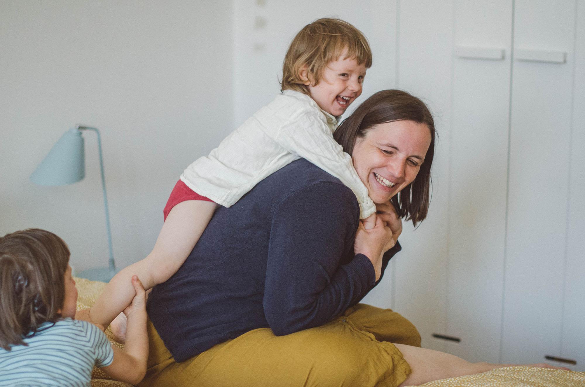 Mutter und Kind toben, fotoshooting familie Freiburg