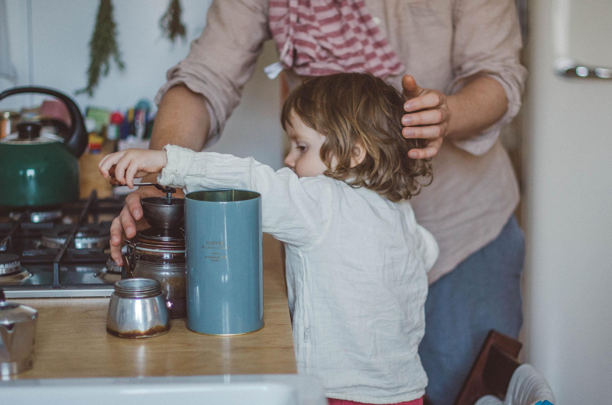 fotoshooting familie Freiburg, Kind mahlt Kaffee