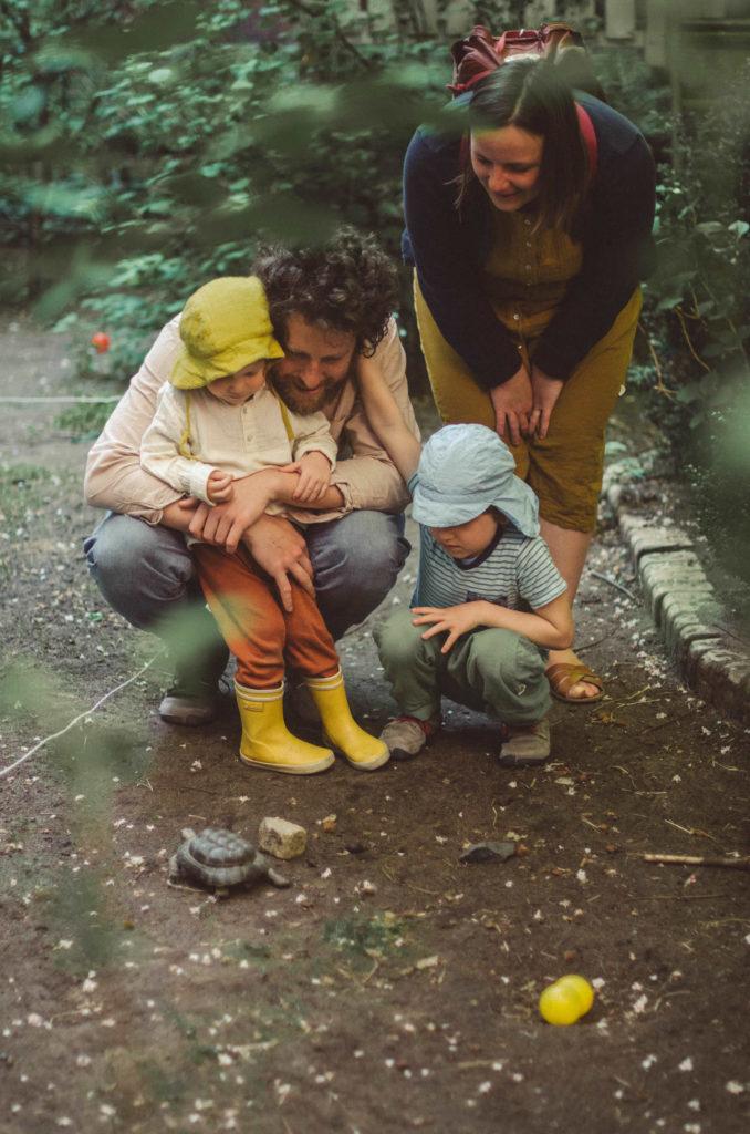 Eine Familie mit zwei Kindern beobachtet Schildkröte entstanden bei Familienfotoshooting Freiburg