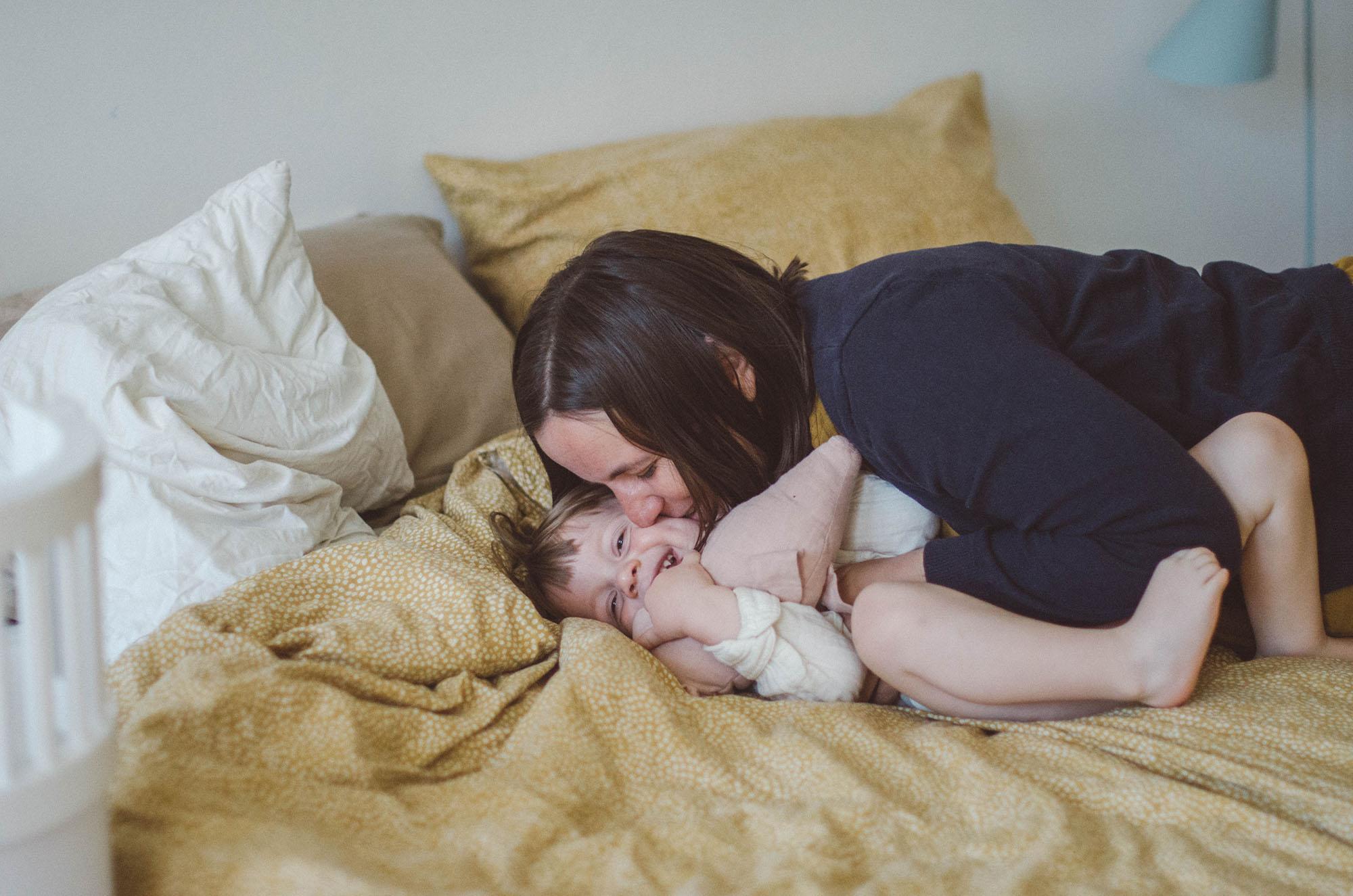 Mutter und Kind kuscheln, fotoshooting familie