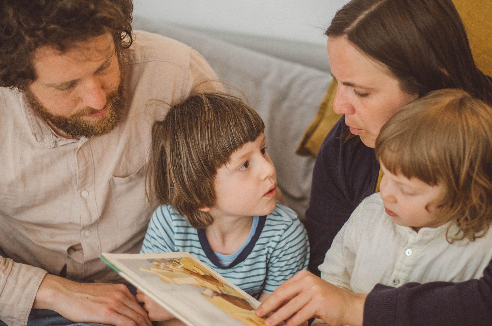 Eltern lesen den Kindern vor, fotoshooting familie Freiburg