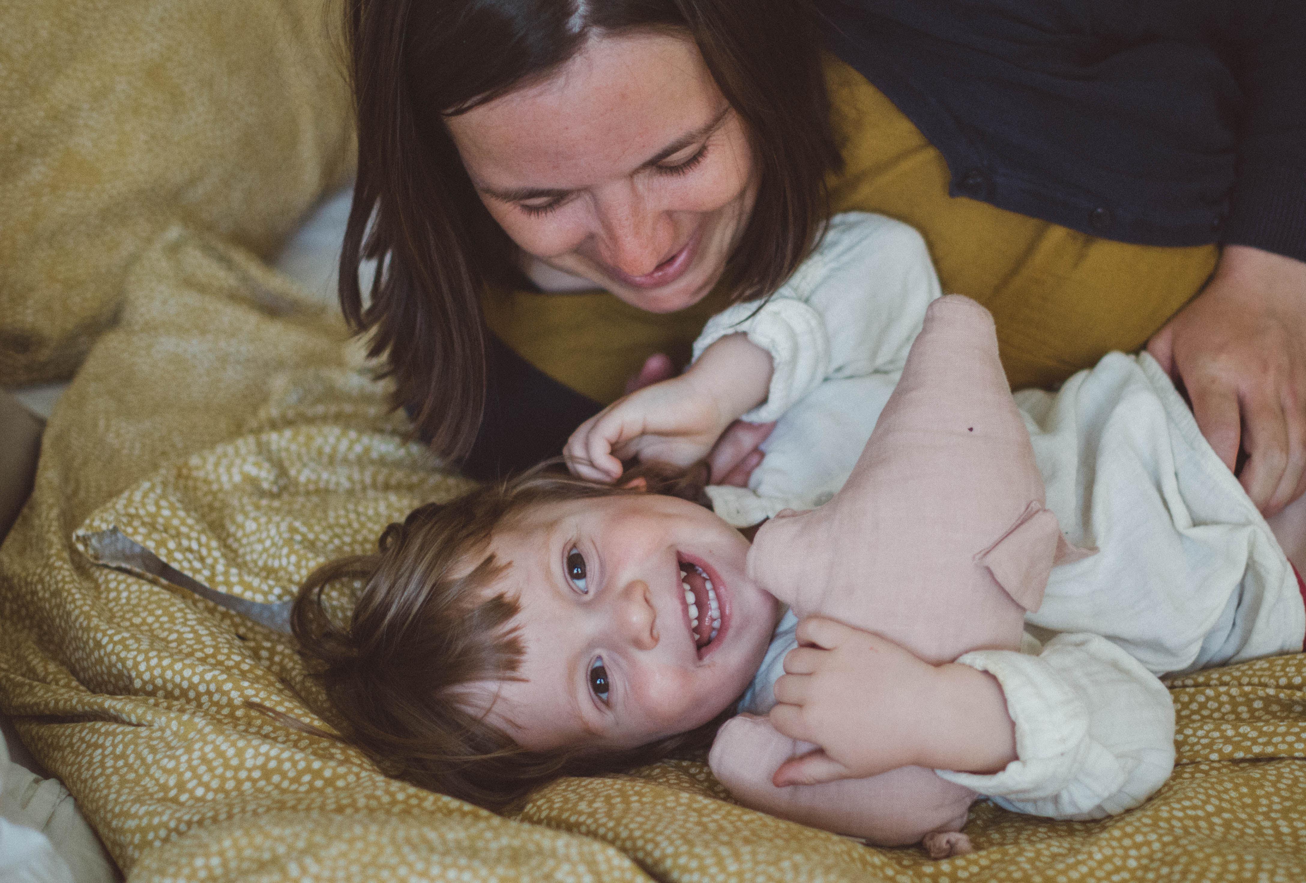 Mutter und Kind kuscheln, fotoshooting familie Freiburg