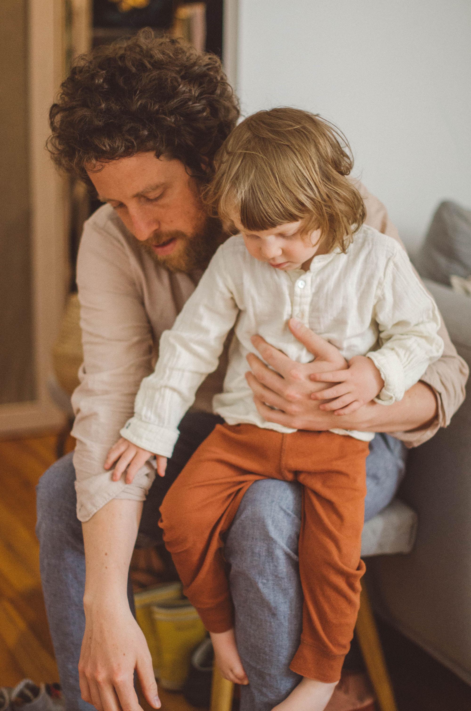 Ein Vater zieht dem Sohn die Schuhe an, fotoshooting familie Freiburg