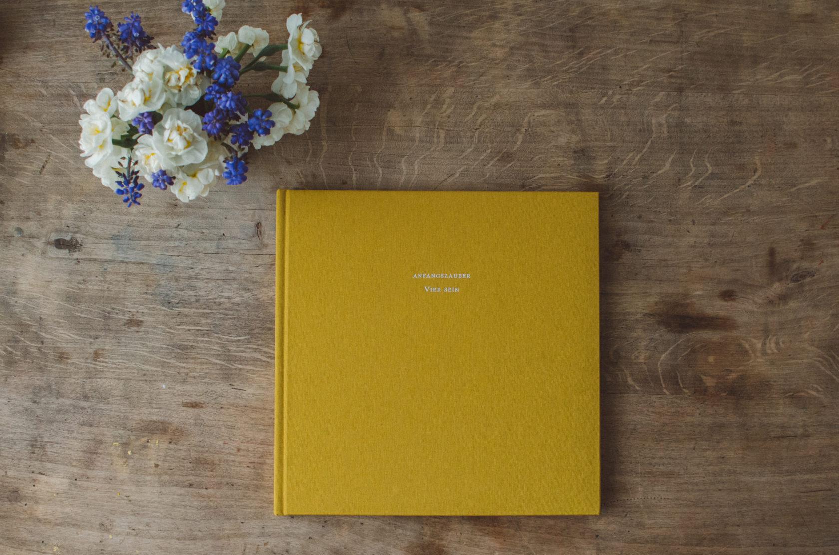 Ein gelbes in leinen gebundenes Fotobuch