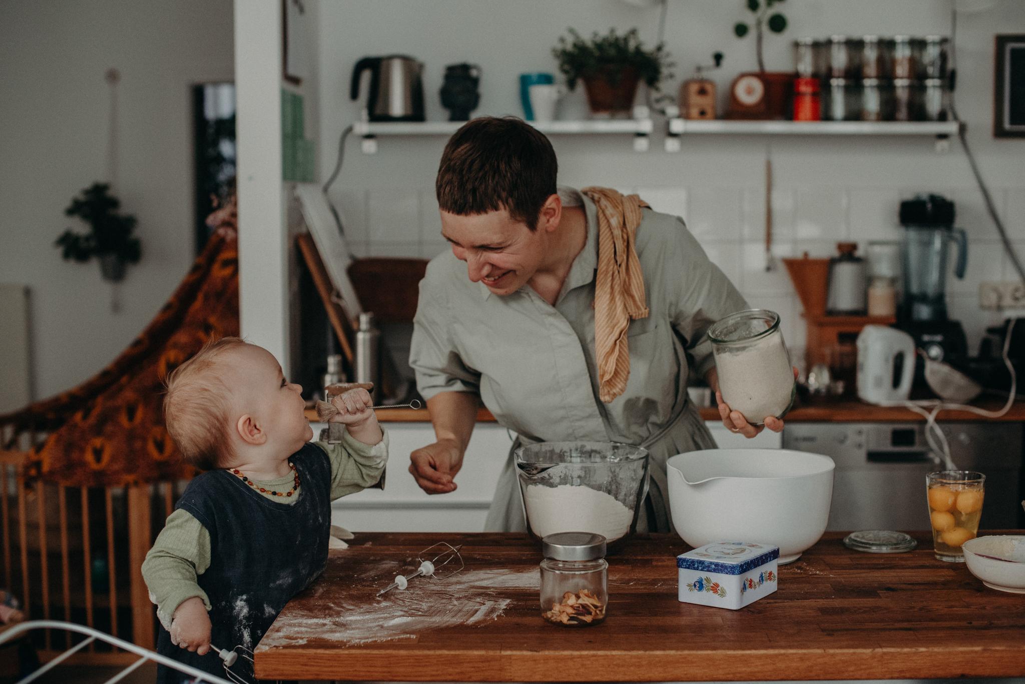Baby und Mama backen beim Fotoshooting in Basel