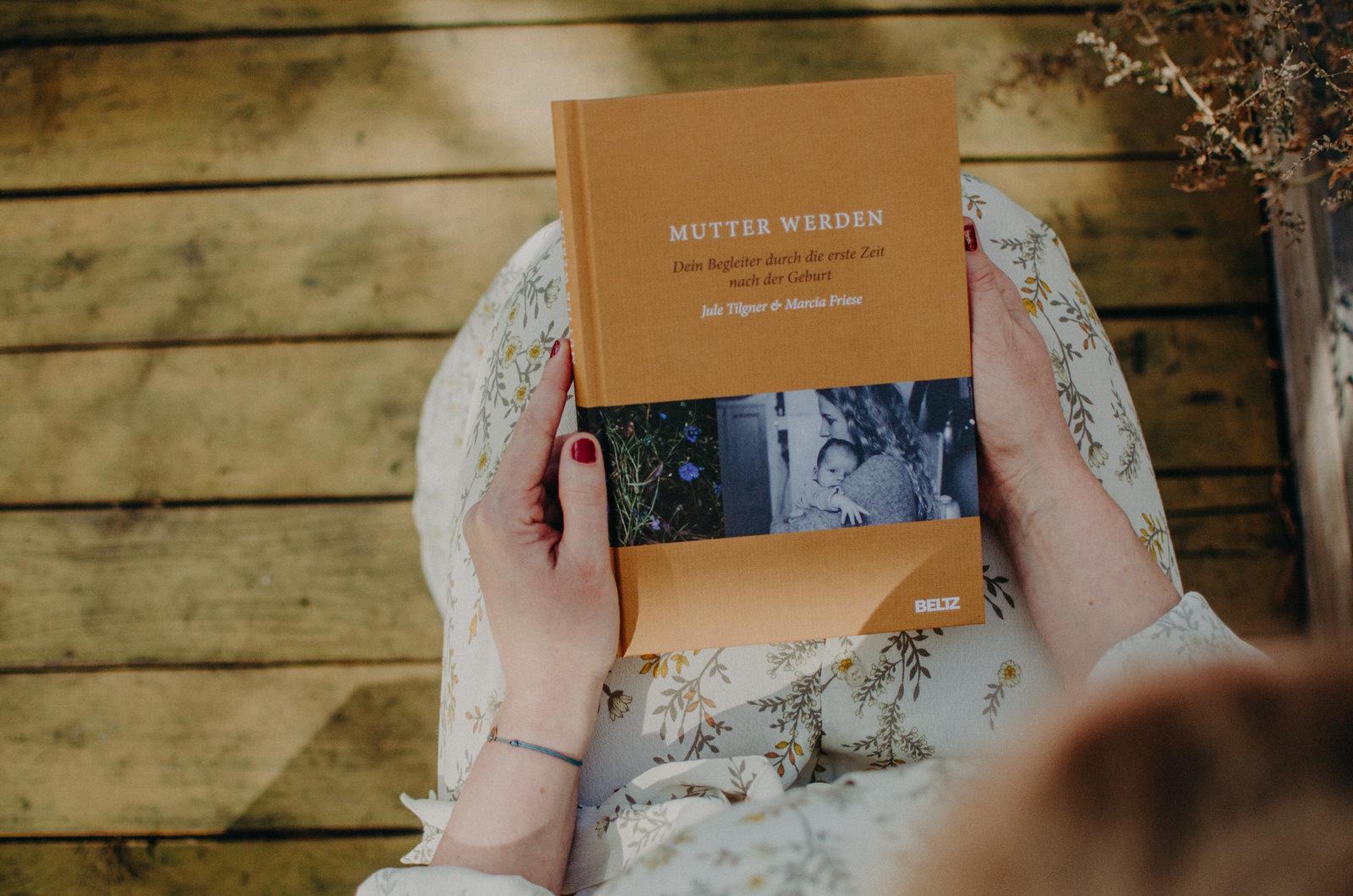 Buch Mutter werden, das Wochenbett Buch mit Fotos von Marcia Friese, Fotografin Freiburg und Basel
