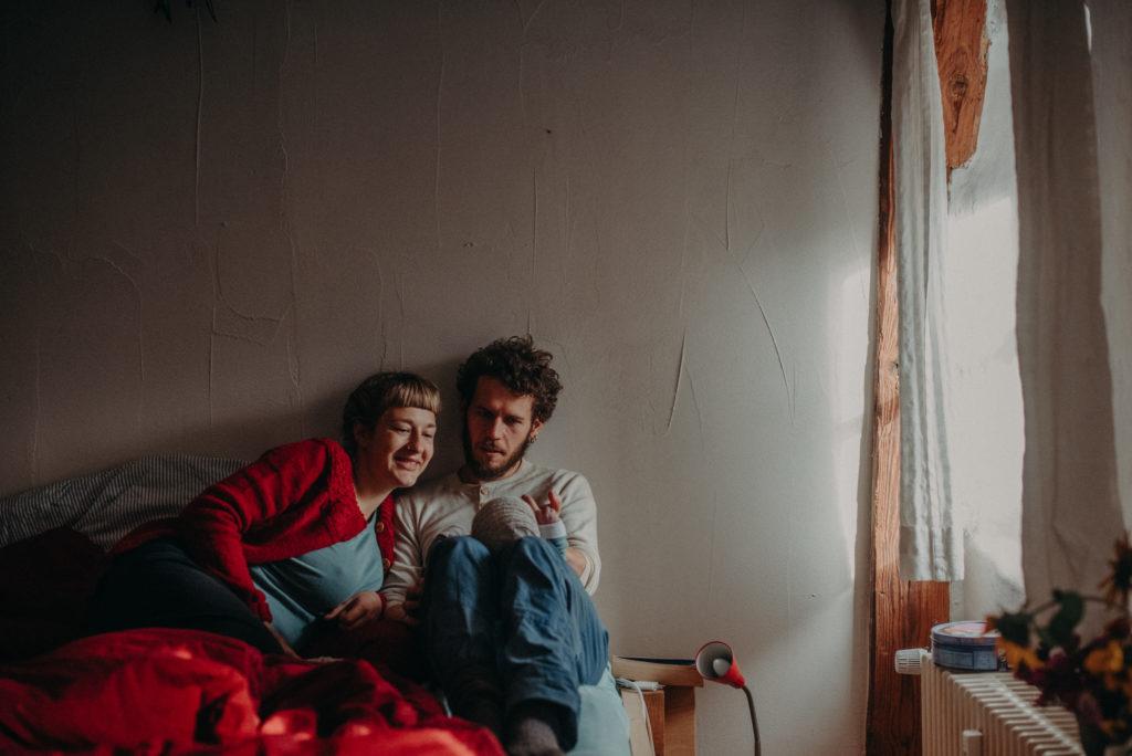 Foto einer Familie mit Neugeborenen im Wochenbett entstanden bei einem Fotoshooting bei Freiburg