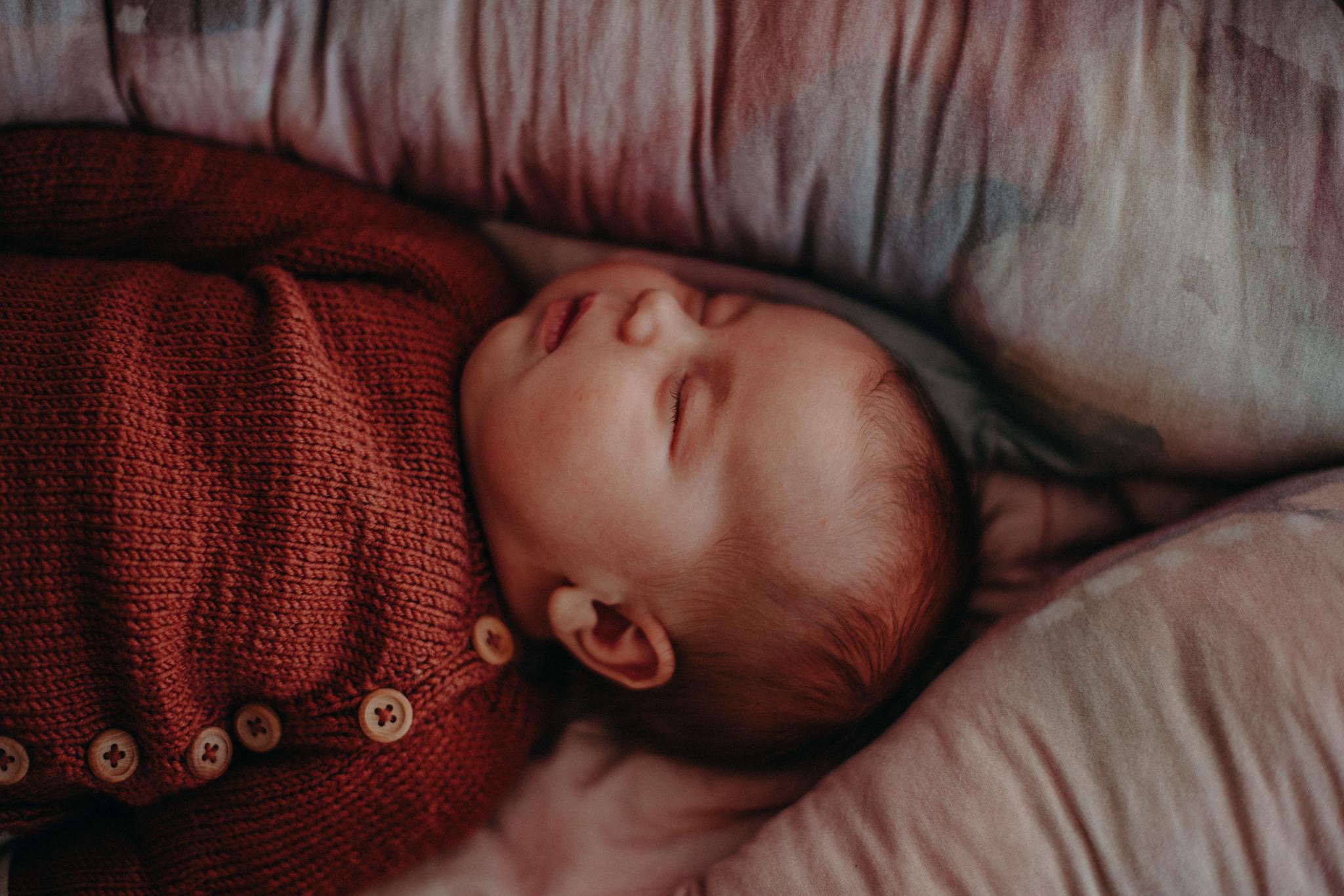 Neugeborenenfoto von schlafendem Säugling entstanden bei Neugeborenenfotoshooting in Freiburg