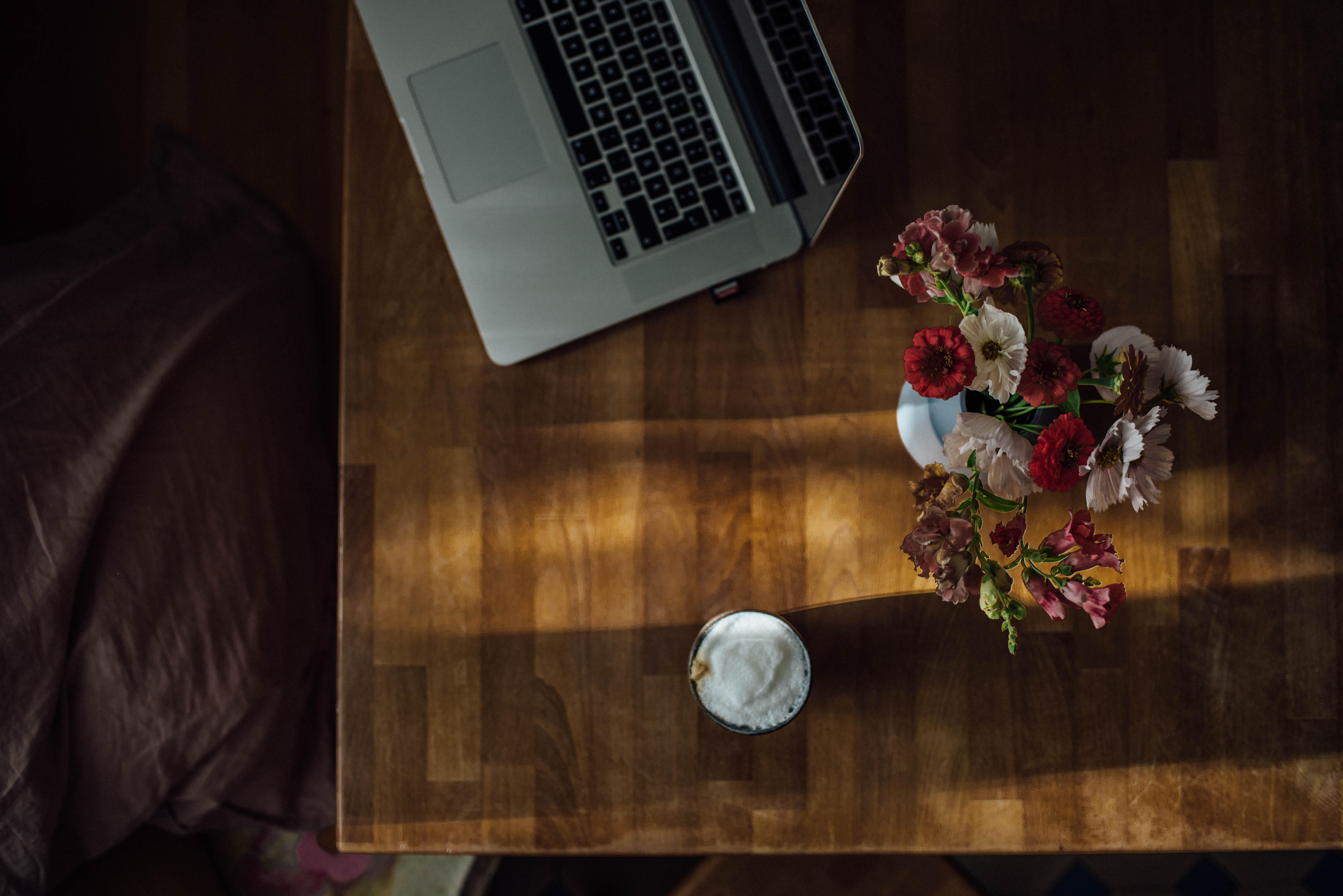 Laptop Arbeitsplatz Homeoffice Selbstständig Fotograf Marketing für Fotografen