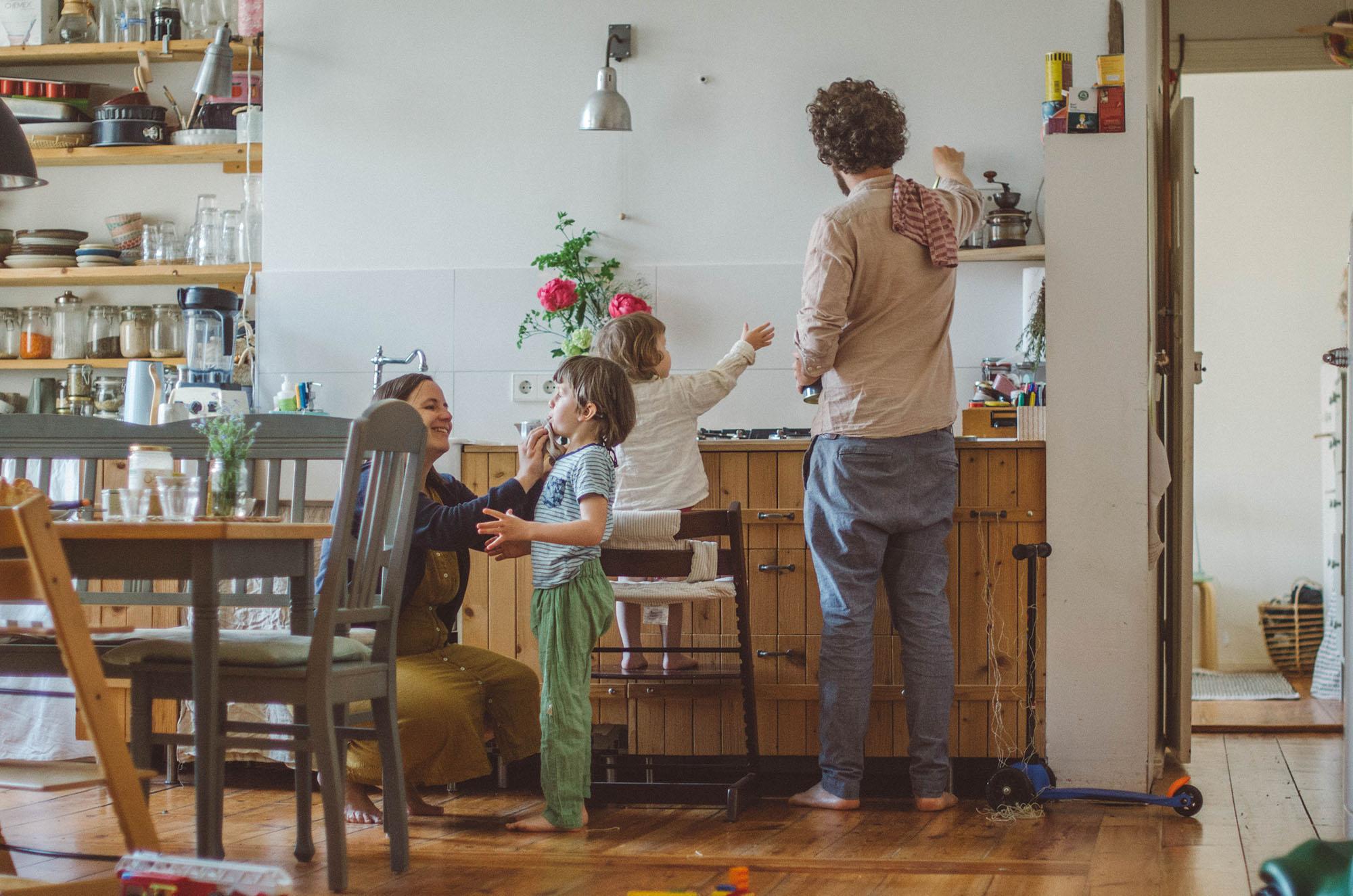 Natürliche Familienfotos Zuhause in der Küche, Fotograf in Basel