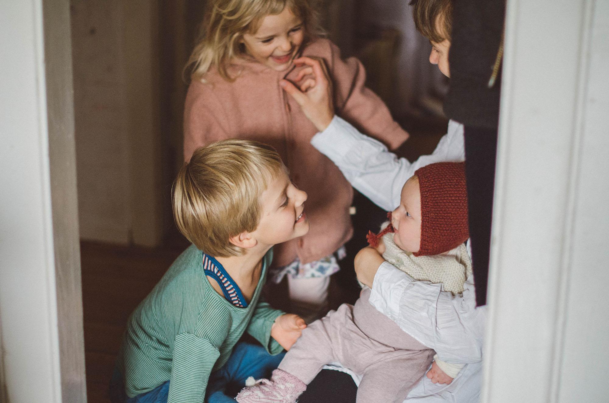 Mutter mit drei Kindern Zuhause, Fotograf in Basel