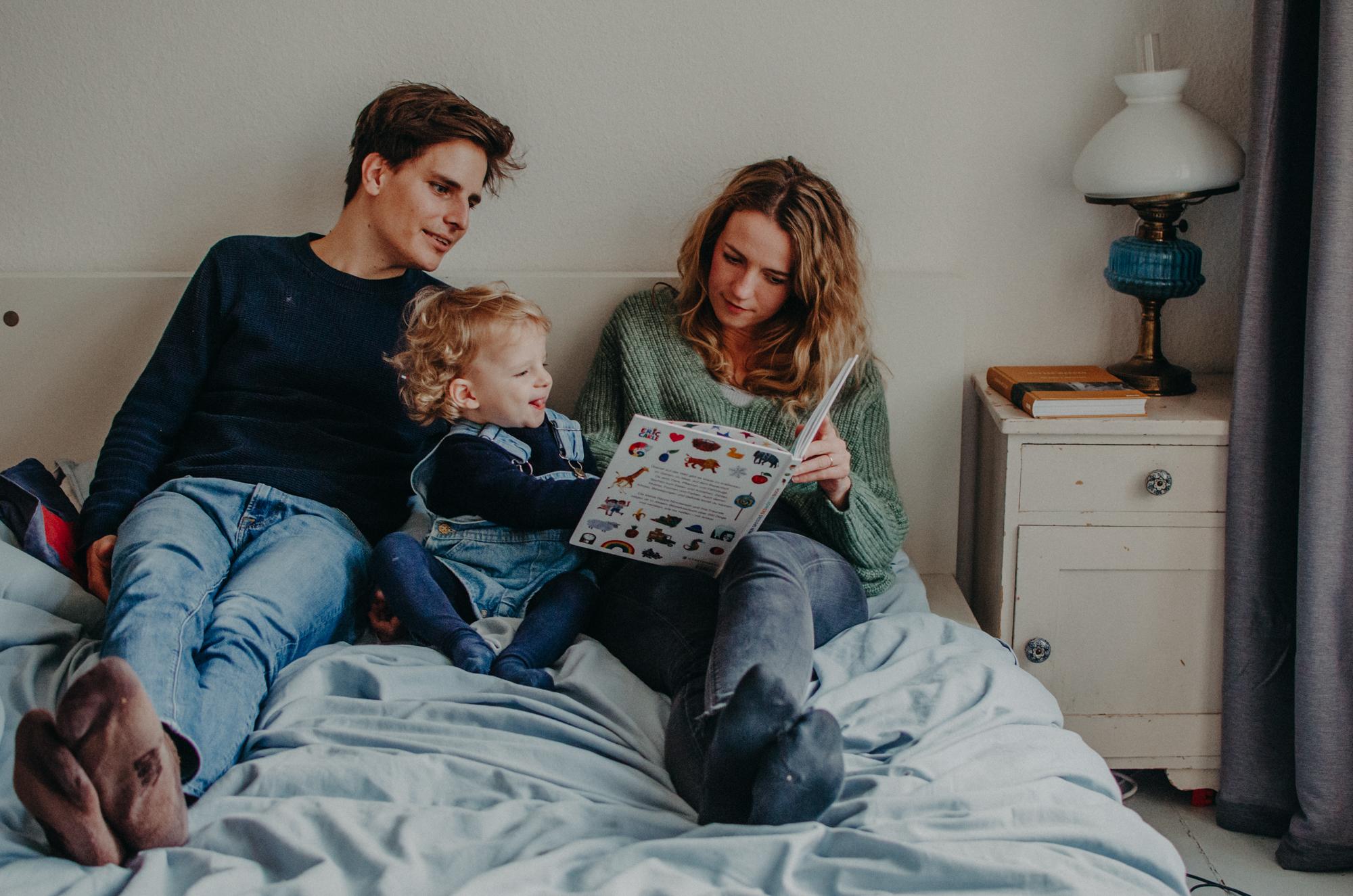 Familie beim Vorlesen im Bett, Fotograf in Basel