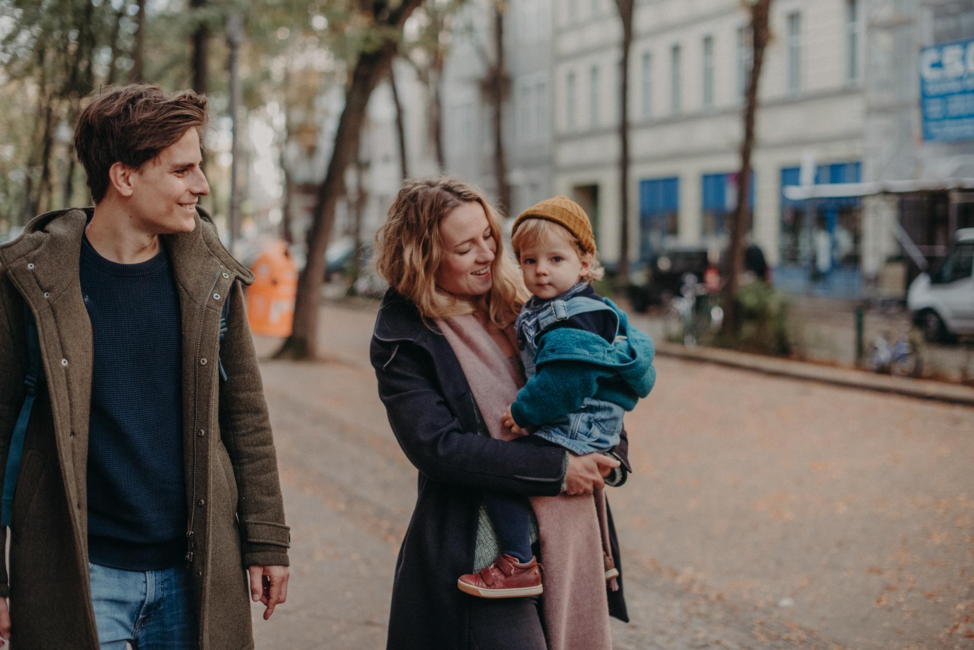 natürliches Familienportrait beim spaziergang, Fotograf in Basel
