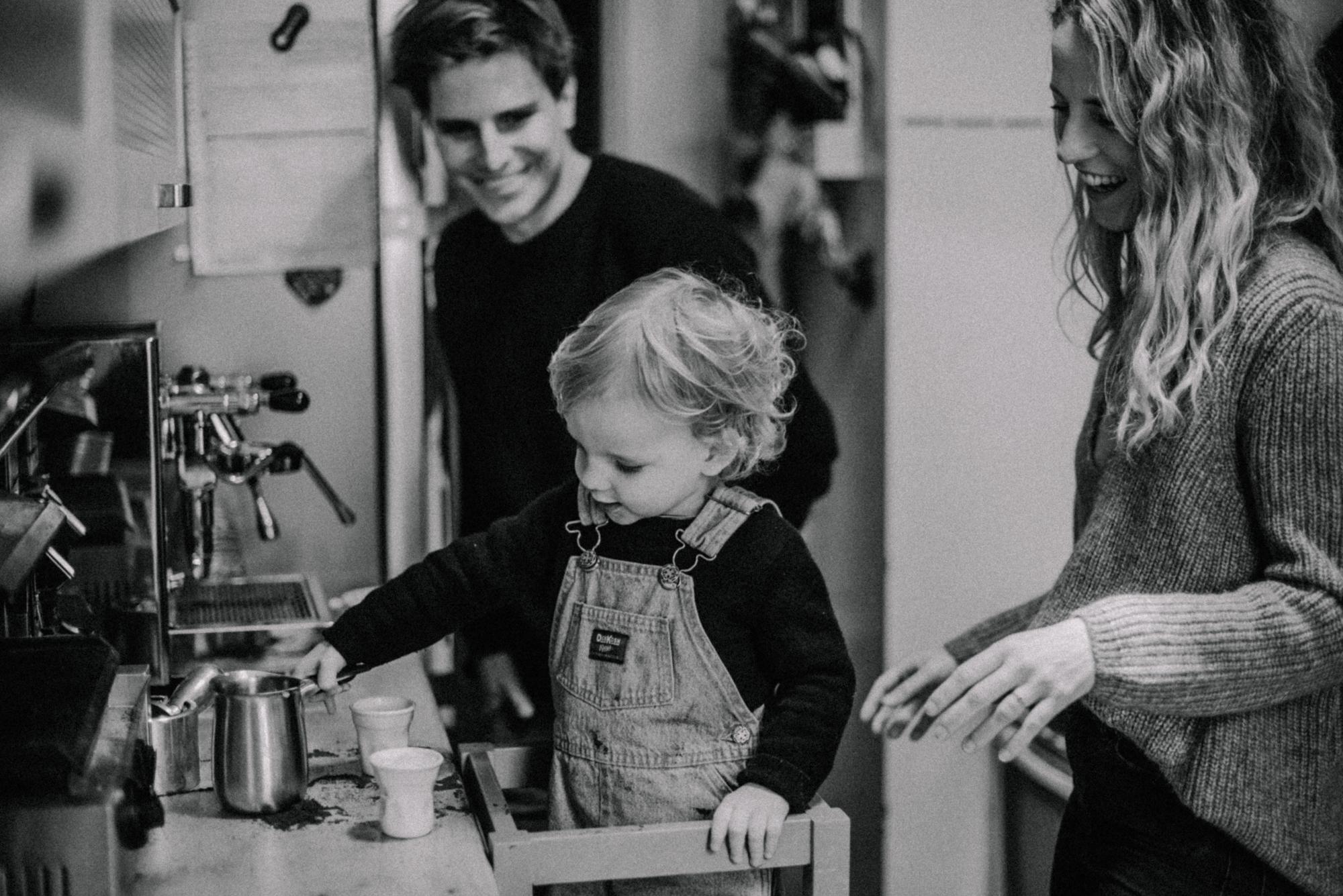 Natürliches Familienfoto beim Kaffee zubereiten in der Küche, Fotograf in Basel