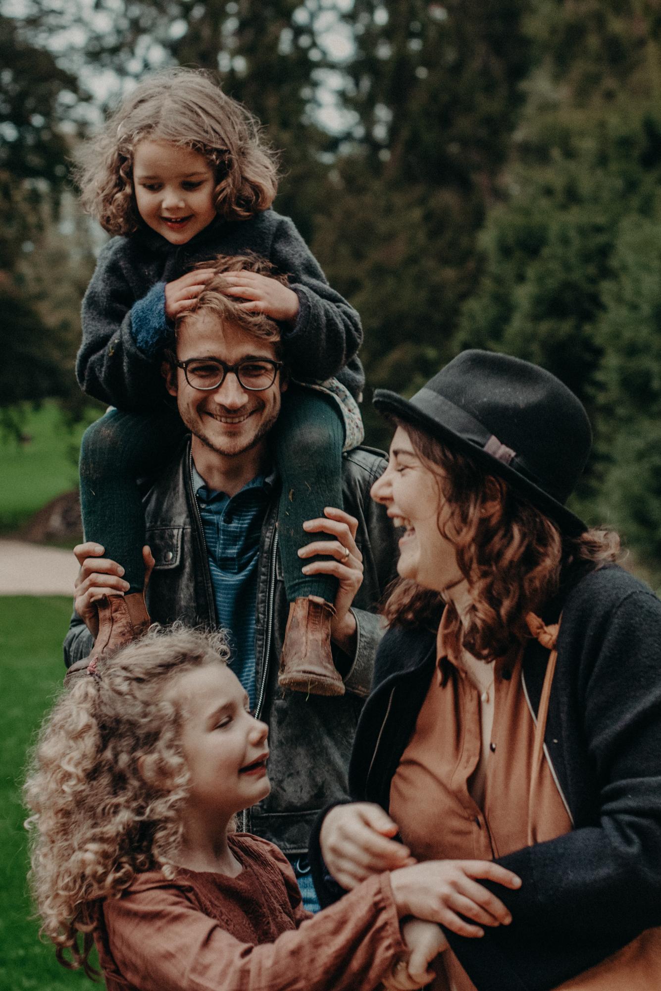 natürliches Familienportrait beim Spaziergang im Park, Fotograf in Basel