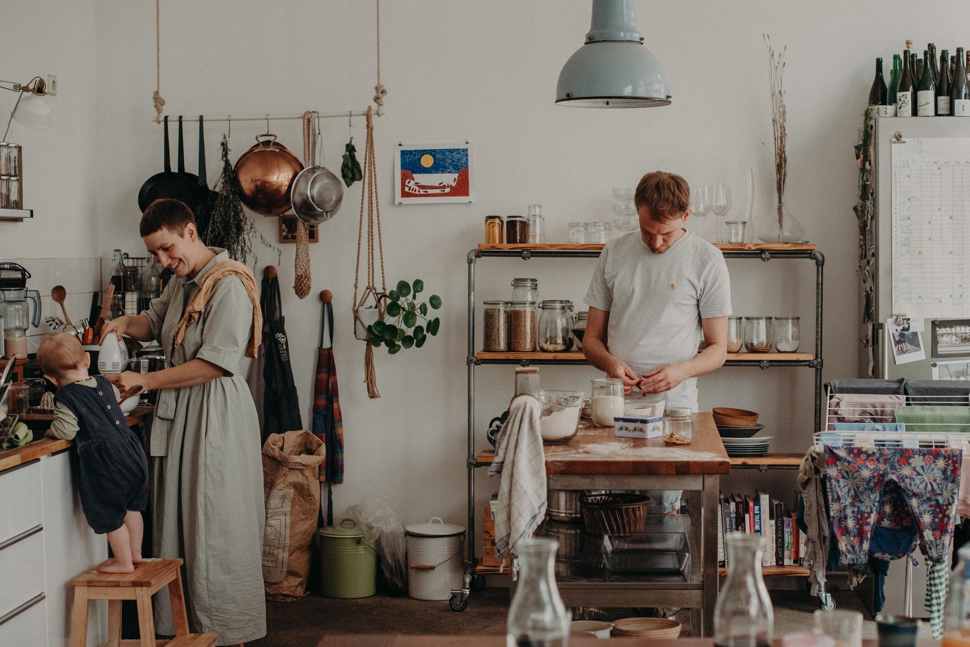 Natürliche Familienfotos Zuhause in der Küche beim Backen, Fotograf in Basel