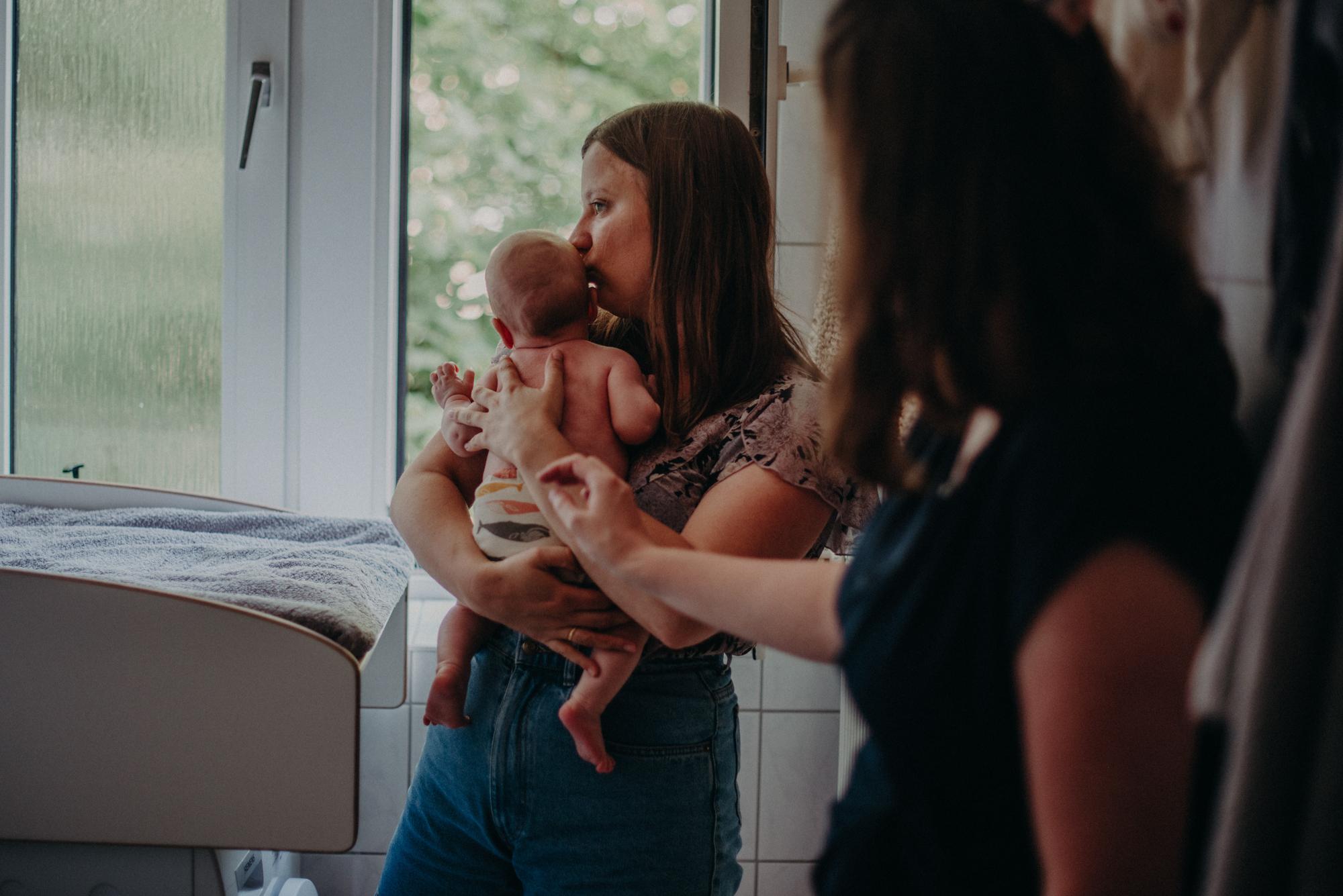Kreative Ideen für natürliche Familienfotos Zuhause, Fotografin Freiburg