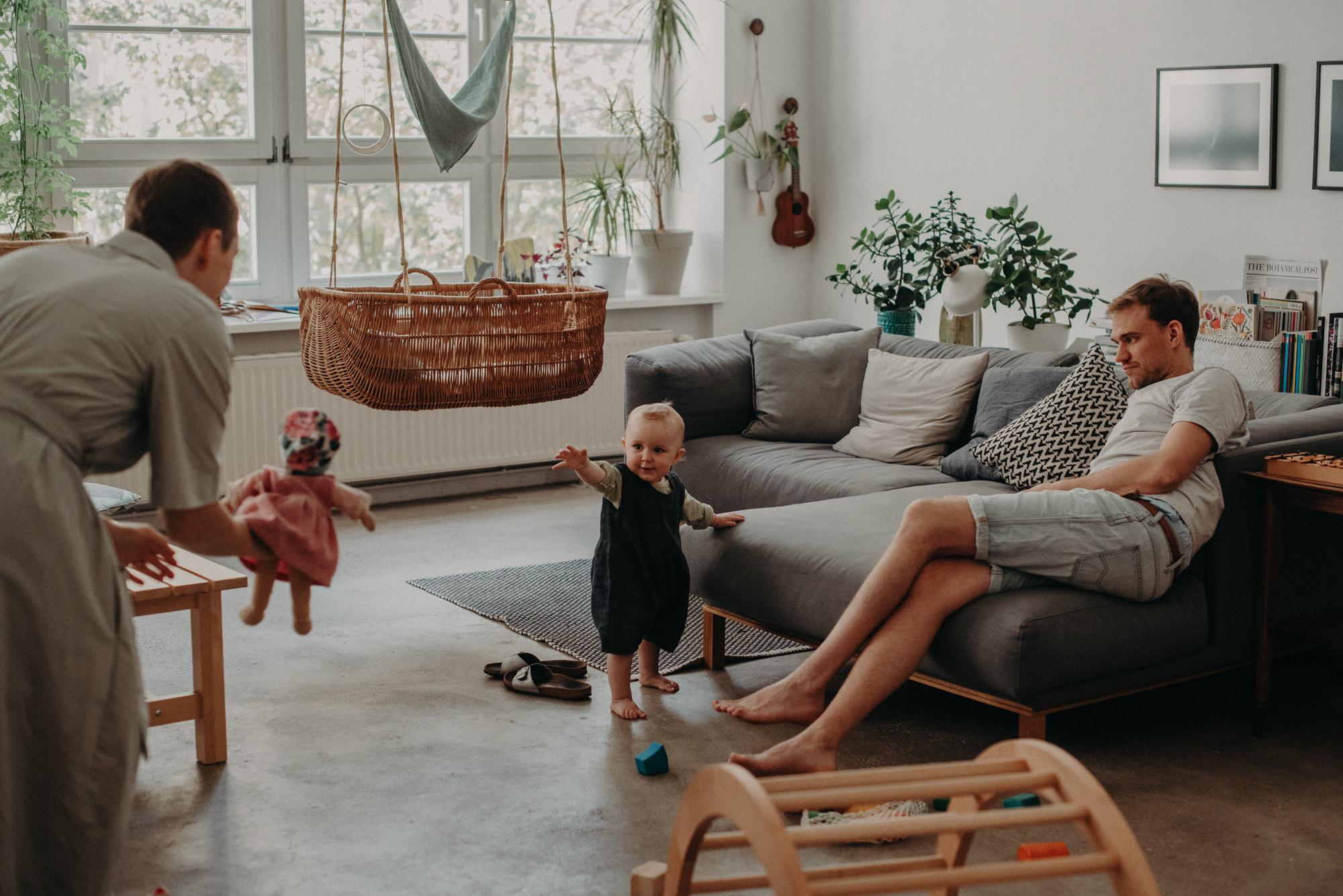 Natürliches Familienfoto Zuhause im Wohnzimmer, Fotograf in Basel