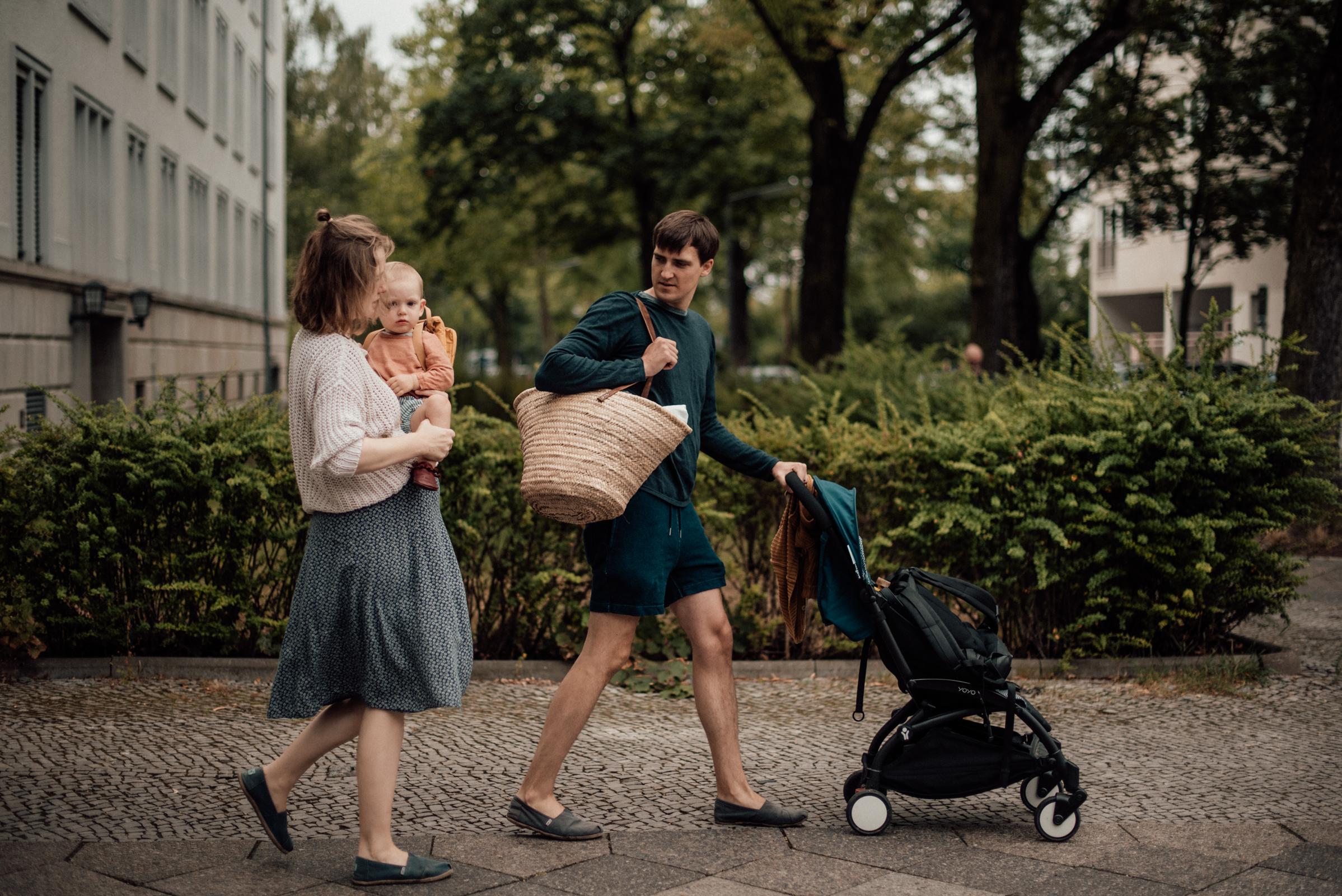 Familie mit Kleinkind beim Spaziergang, Fotograf in Basel