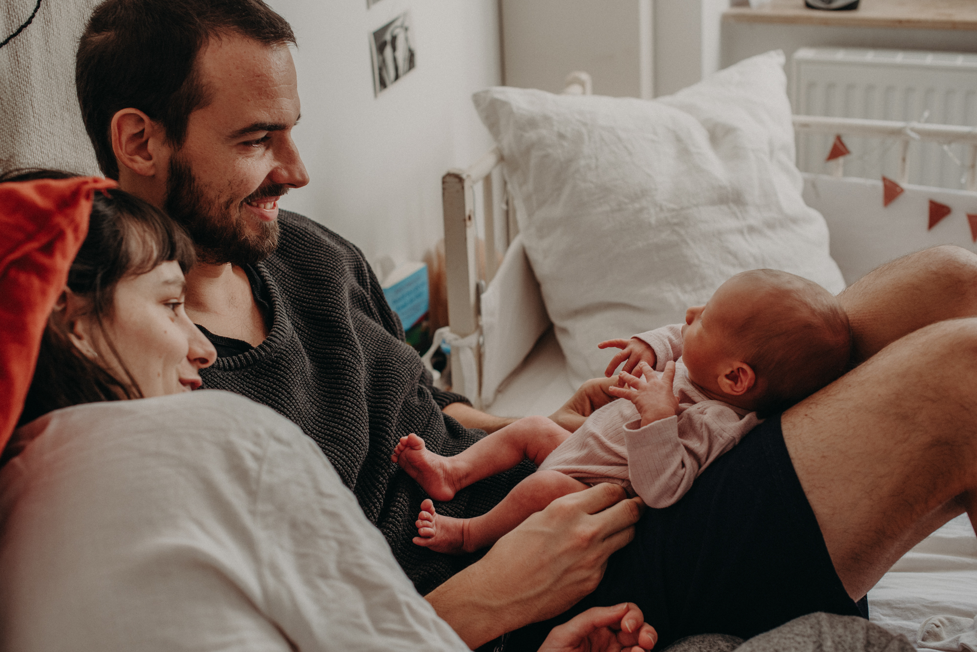 Familienfoto mit Neugeborenen im Wochenbett, Blogpost Babyfotoshooting selber machen, Fotografin Freiburg