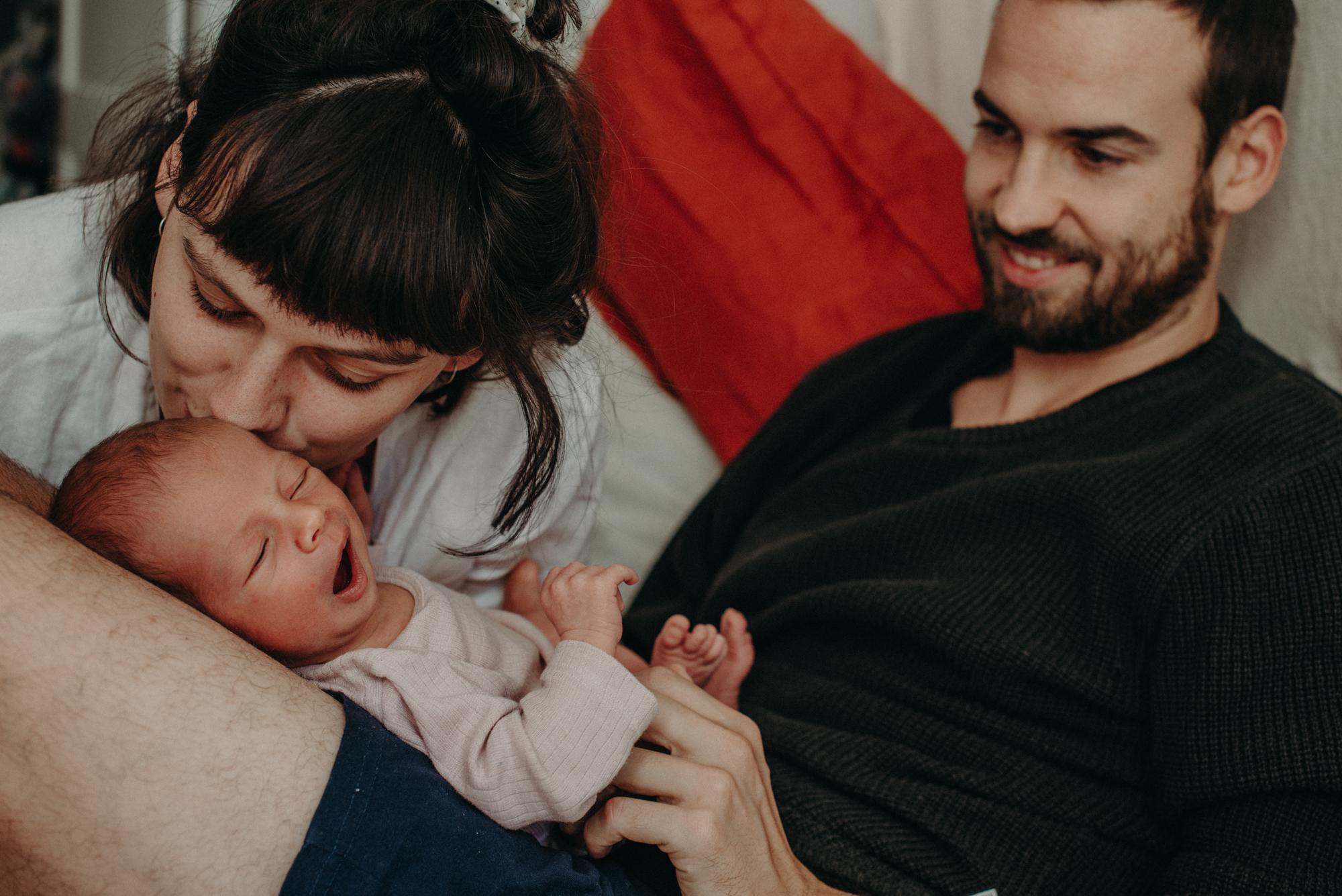 Babyfoto mit Familie, Blogpost Babyfotoshooting selber machen, Fotografin Freiburg
