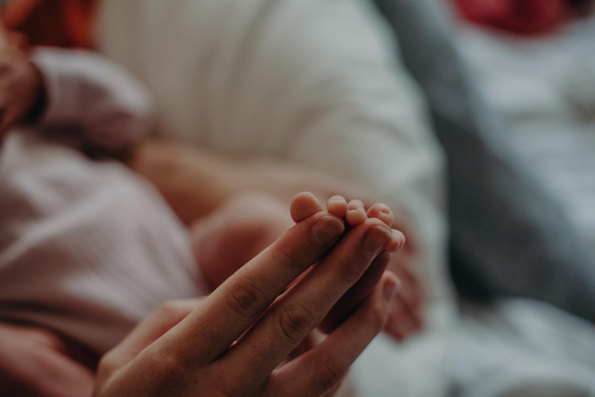 Neugeborenenfuß, Blogpost Babyfotoshooting selber machen, Fotografin Freiburg