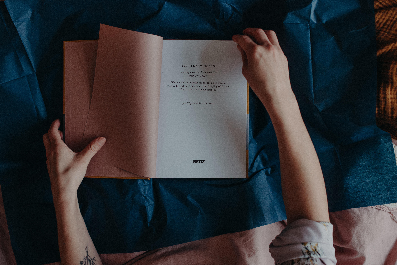 Geschenk für Schwangere, Mutter werden, das Wochenbett Buch, Fotografin Freiburg Marcia Friese