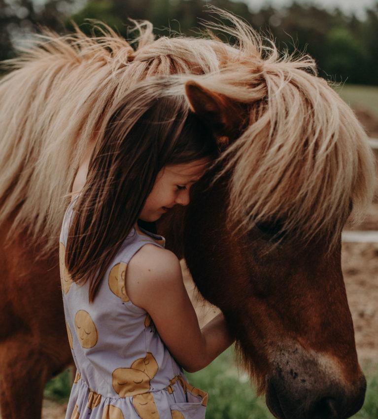 Fotoshooting Ideen für Familienfotos im Freien, Mädchen mit Pony